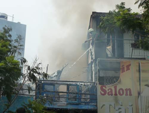 TP.HCM: Bà hỏa thiêu rụi tiệm sửa xe - 1