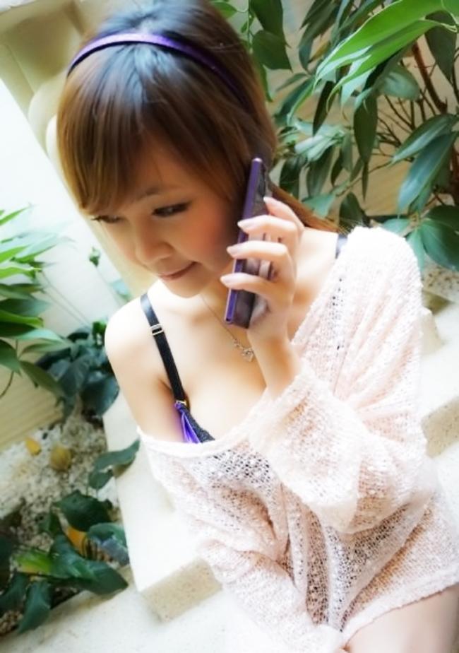 Hotgirl với vòng 1 căng tròn như muốn bức tử tức thì chiếc điện thoại thông minh đình đám Xperia Z của Sony.