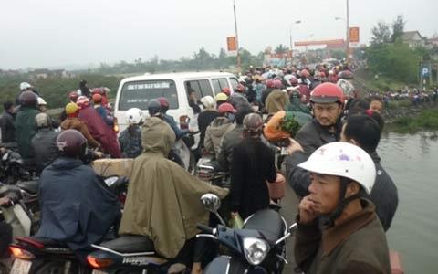 Hàng trăm người kéo nhau đi xem... tự tử - 1