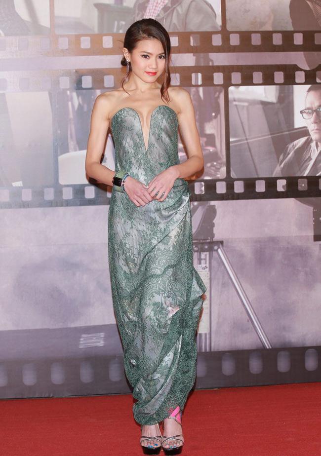 Trước đó, cô xuất hiện trên thảm đỏ Kim Tượng với chiếc váy còn hở bạo hơn.