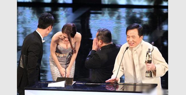 Châu Tú Na với chiếc váy hở ngực quá bạo khiến nghệ sỹ đối diện phải che mặt.