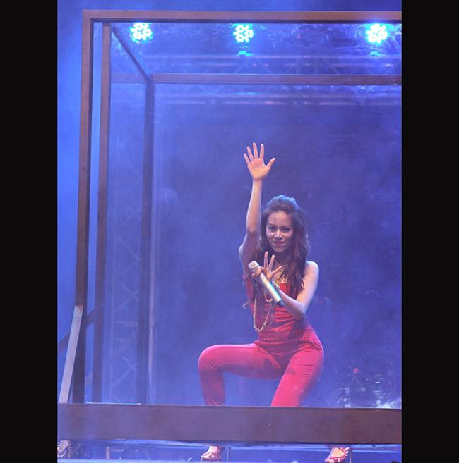 Trong 2 đêm diễn Thế giới Vpop vào ngày 29 và 30/7/2011, Hoàng Thùy Linh gây sốc với màn đập kính trên sân khấu khi biểu diễn.