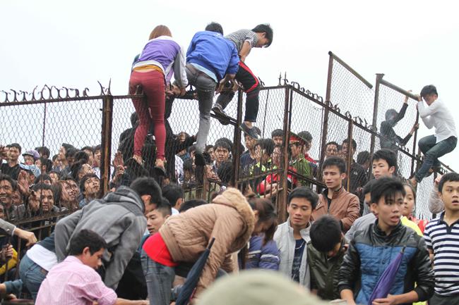 Ngay cả các fan nữ cũng sẵn sàng trèo rào để vào sân.