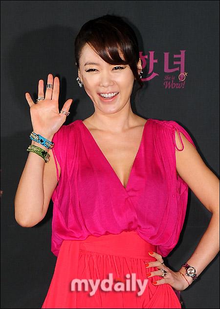 Mỹ nhân Hàn gợi cảm hút mắt với váy cổ V - 1