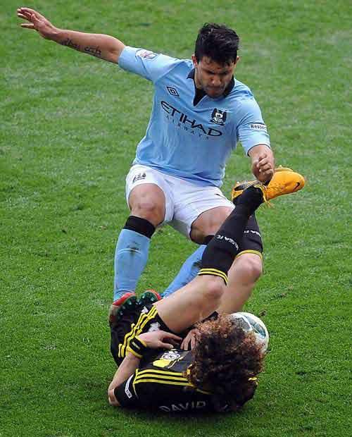 Hai chân đạp Luiz, Aguero vẫn vô tội - 1