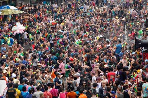 Chùm ảnh: Dân Thái té nước nhau mừng năm mới - 1