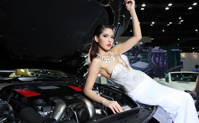 Những mỹ nữ Thái Lan được hãng độ Brabus tuyển chọn kỹ lưỡng để đứng bên hàng ngũ những chiếc xe đắt tiền thực sự khiến người xem một phen mát mắt.