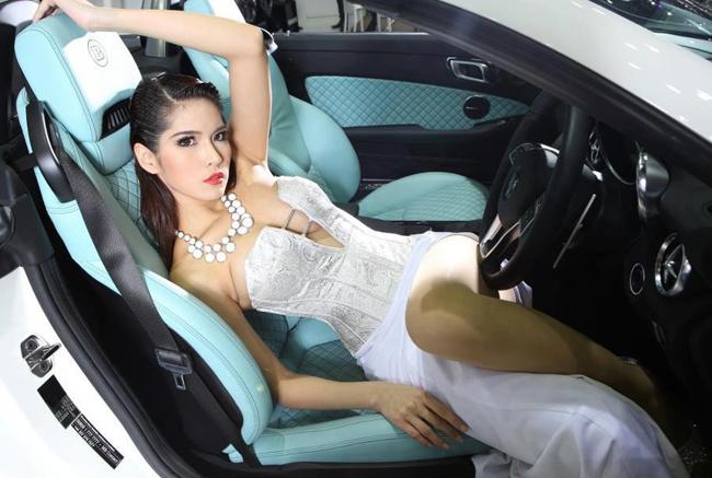 Diễm My 9x 'lột bỏ xiêm y' bên xế sang Chân dài mặc như không tại triển lãm xe Siêu mẫu thả rông vòng 1 bên xe Vòng 1 tròn trịa 'khiêu khích' Rolls-Royce