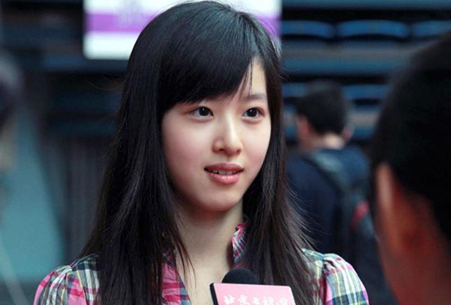 """Chương Chiết Thiên,nữ sinh Trung Quốc vừa được đông đảo sinh viên các trường ĐH trong nước bình chọn là """"đệ nhất mỹ nhân"""".Chiết Thiên trở thànhhot girlđược cộng đồng mạng ưu ái bởi vẻ trong sáng, hồn nhiên."""
