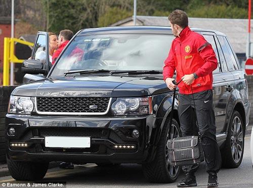 Rooney: Hôn vợ và cười tươi trước tin đồn - 1