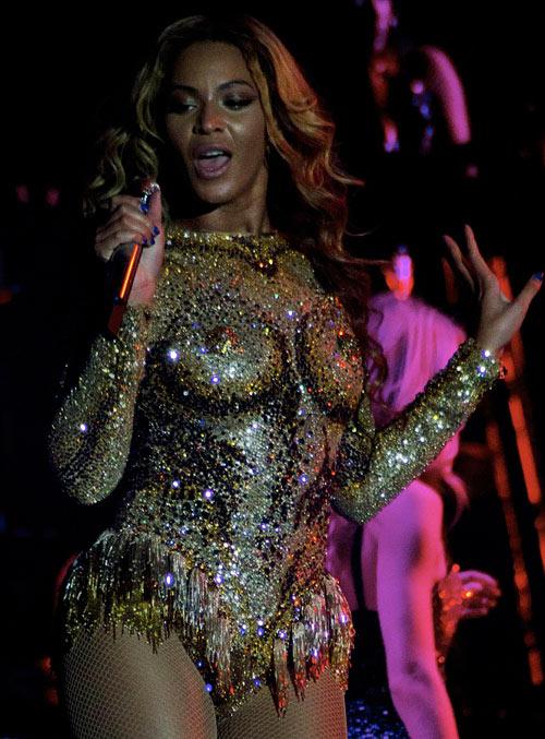 Beyoncé gây ám ảnh vì bộ váy kỳ cục - 1