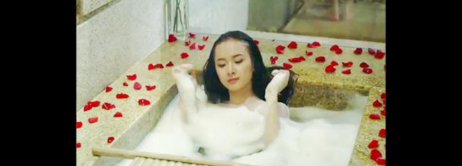 Trong đó có hình ảnh cô khỏa thân tắm bồn sẵn sàng 'đốt mắt' cánh mày râu.