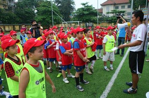 Danh thủ Hồng Sơn dạy trẻ em đá bóng - 1