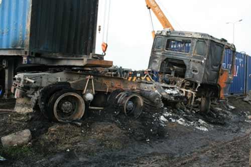 Đấu đầu trên QL 5, 2 xe container cháy rụi - 1