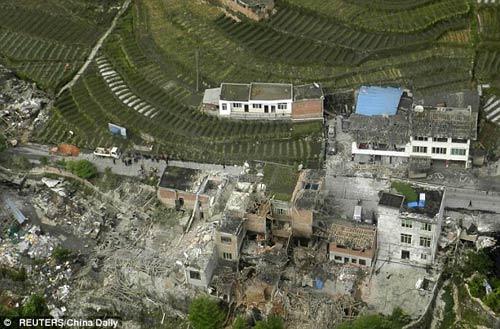 TQ: Cận cảnh vụ động đất hàng trăm người chết - 1