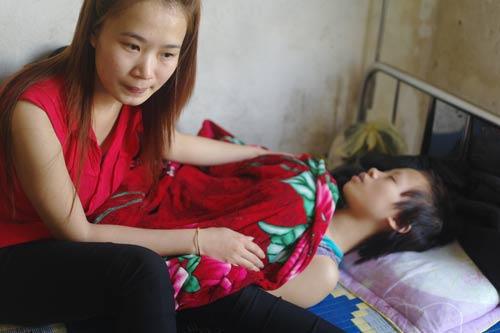 Gặp thiếu nữ bị đánh, cắt tóc, cạo lông mày - 1