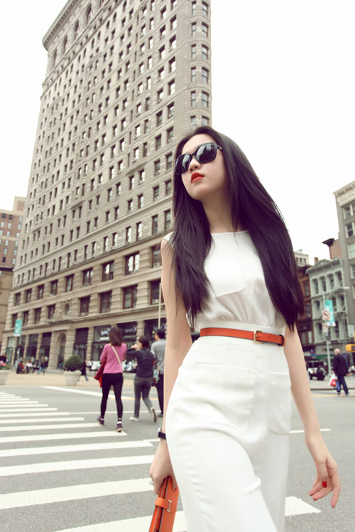 Ngọc Trinh mặc jumpsuit trắng muốt - 1