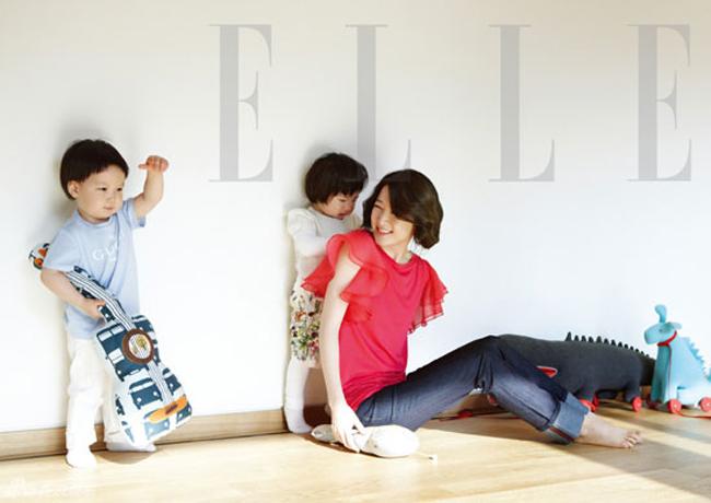 Trên tạp chí Elle Hàn Quốc số ra mới nhất, Lee Young Ae đã chia sẻ những khoảnh khắc ngọt ngào của ba mẹ con cô.