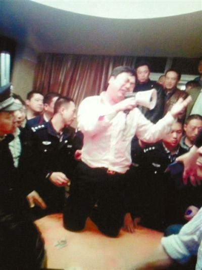 "Trung Quốc: ""Quan tham"" quỳ xin dân tha thứ - 1"