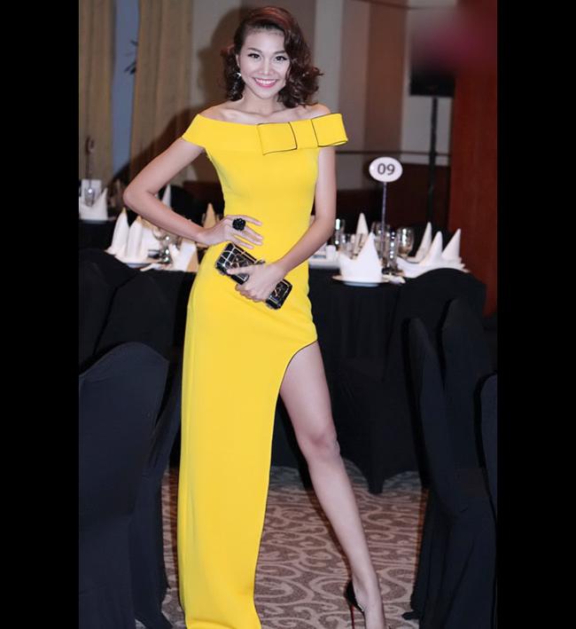 Nếu muốn nổi bật hãy học sao diện cả cây màu của nắng - màu vàng chanh  cùng đủ các kiểu váy cho mọi dáng người hay đặc biệt hơn với Jumpsuit  vàng chanh.
