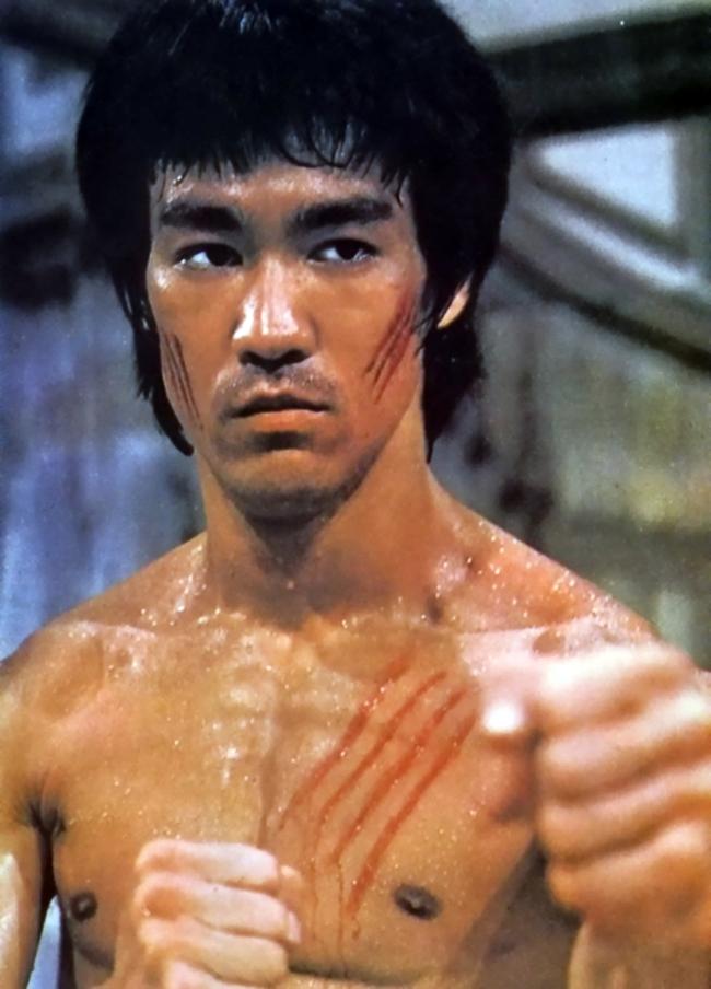 Lý Tiểu Long nổi tiếng với thể chất mạnh mẽ nhờ chế độ  luyện tập chuyên nghiệp của anh. Vì thế, mỗi lần xuất hiện trên màn ảnh, Lý Tiểu Long đều 'mê hoặc' người xem bởi cả những đường quyền lẫn thân thể săn chắc của anh.