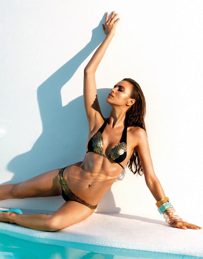 Để chào hè 2013, siêu mẫu người Nga và cũng là bạn gái của siêu sao  Ronaldo - Irina Shayk đã cho ra lò những tấm hình nóng rẫy khi cộng tác  với thương hiệu bikini lừng danh Beach Bunny. Được biết, Irina và e kíp đã thực hiện những bức hình này tại bờ biển Thái Bình Dương.