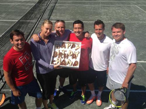 Sharapova mừng sinh nhật trên sân tennis - 1
