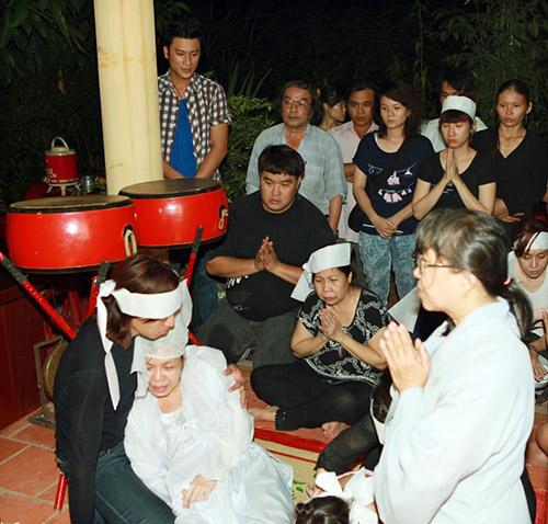 Việt Hương khóc ngất bên linh cữu mẹ - 1