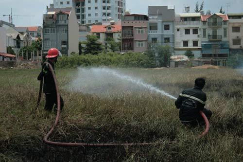 Dân đốt cỏ cháy lan, cảnh sát PCCC vất vả - 1