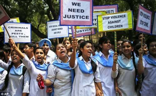 Ấn Độ: 2 mẹ con cùng bị hiếp tập thể - 1