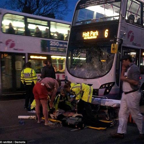 Cầu thủ Anh suýt chết vì xe buýt đâm - 1