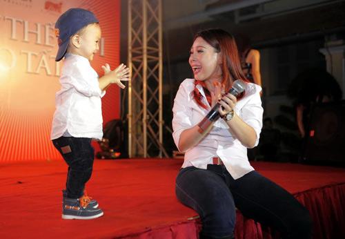 Thanh Thảo nựng con trên sân khấu - 1