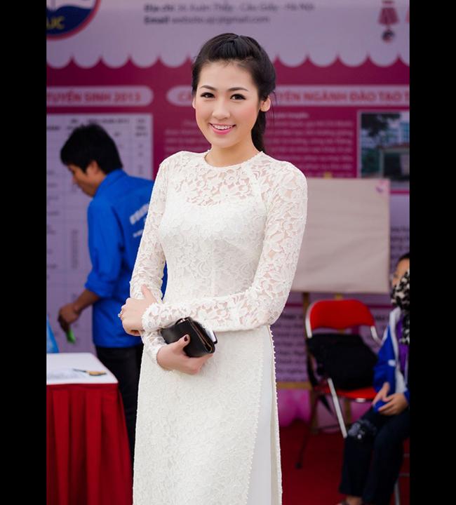 Á hậu Dương Tú Anh tinh khôi áo dài nữ sinh