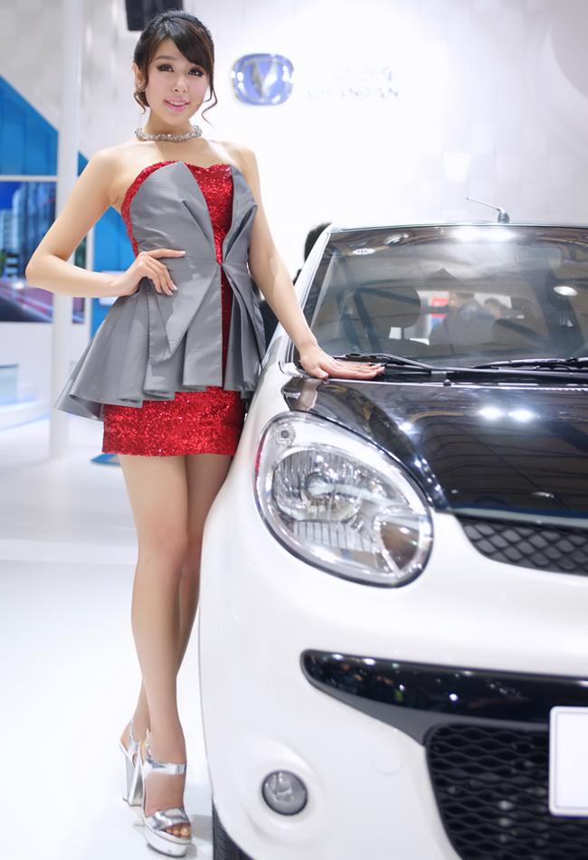 Dàn chân dài trong bộ trang phục kín đáo ôm sát thân hình, nhưng vẫn toát lên vẻ sexy và quyến rũ đối với những ai có mặt tại triển lãm xe này.