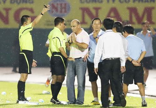 """Vái """"vua"""", đồng hương Mourinho bị phạt - 1"""