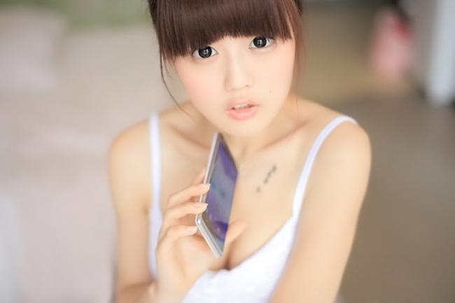Gương mặt cực kỳ dễ thương, cùng đôi mắt khá ngây thơ và trong sáng của cô gái bên chiếc smartphone khiến người xem mê mẩn