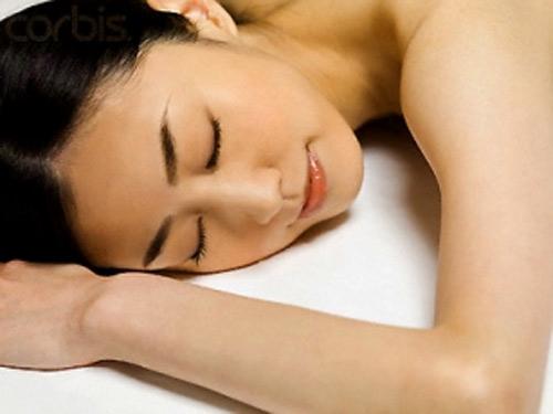 """Lợi ích bất ngờ khi phụ nữ ngủ """"nuy"""" - 1"""