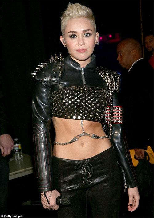 """Miley Cyrus """"cướp"""" ngôi số 1 của siêu mẫu - 1"""