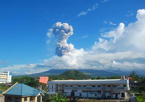 Philippines: Núi lửa phun đá, 5 người chết - 1