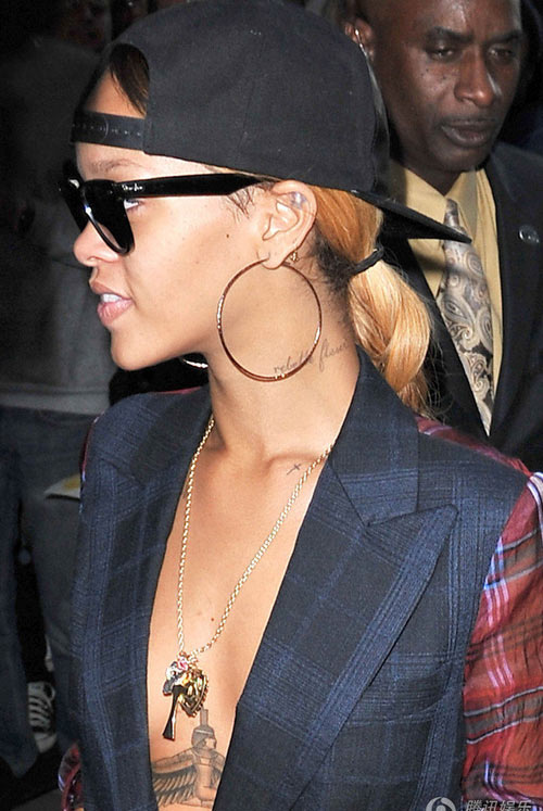 Rihanna bị quấy rối vì quá sexy - 1