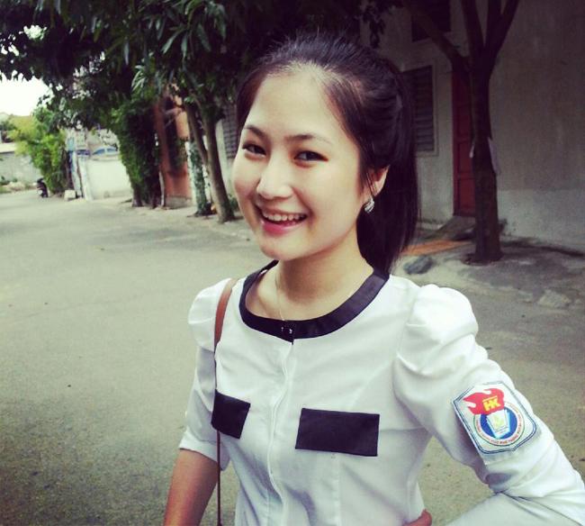 Hương Tràm 'non tơ' xinh xắn trong chiếc áo trắn đến trường.