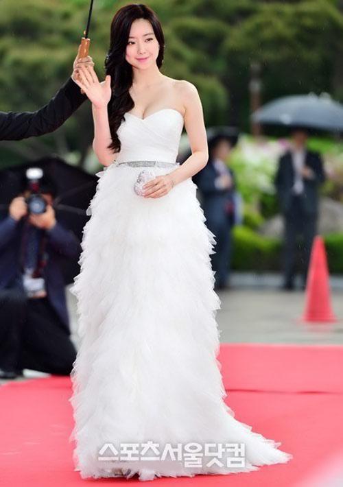 Mỹ nhân Hàn sexy đội mưa đi nhận giải - 1