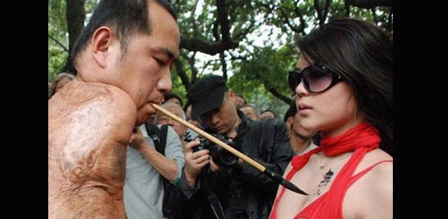 Người dân đến công viên ở Thâm Quyến, Trung Quốc bị thu hút bởi màn biểu diễn vô cùng kỳ lạ.