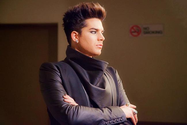 Adam Lambert – Á quân American Idol 2009 đã thừa nhận mình đồng tính trên trang bìa tạp chí Rolling Stone tháng 6/2009.