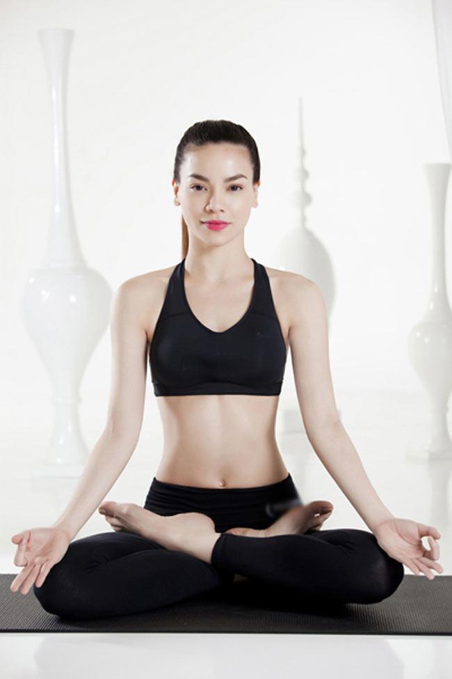 Ở tuổi 29, Hồ Ngọc Hà vẫn khiến nhiều người trầm trồ bởi vóc dáng mảnh  mai và sức khỏe dẻo dai hiếm có. Cô luôn xuất hiện với vẻ trẻ trung, đầy  năng lượng trên sân khấu ca nhạc. 'Bà mẹ một con' bật mí, bí quyết để  giữ gìn nhan sắc và tinh thần sảng khoái là chăm chỉ luyện tập yoga.