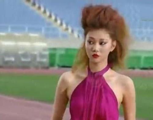 Người mẫu bị rơi váy khi diễn quảng cáo - 1