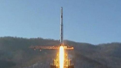 Triều Tiên bất ngờ phóng 3 tên lửa - 1