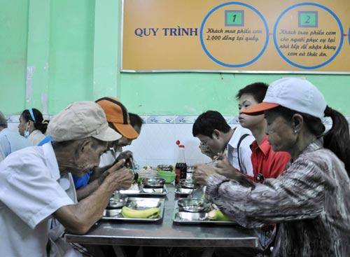 Ấm bụng bữa cơm 2.000 đồng giữa Sài Gòn - 1
