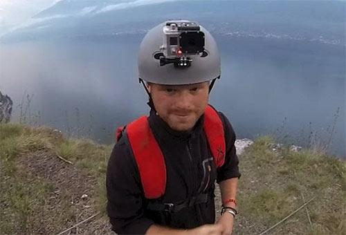 Chết hụt khi nhảy từ độ cao 300m - 1