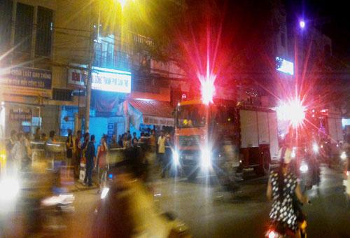 Dân trèo sập cổng bệnh viện để thoát thân - 1